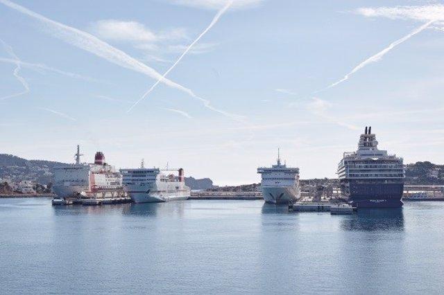 El puerto de Palma con cruceros.