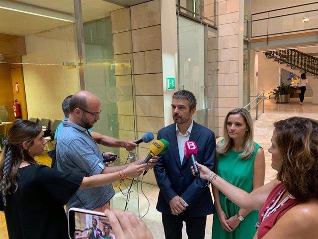El portavoz de Cs en el Parlament, Marc Pérez-Ribas, atendiendo a los medios acompañado de la diputada Patricia Guasp.