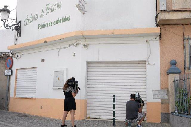 Periodistas toman imágenes de  la fábrica 'Sabores de Paterna' tras quedar precintada.