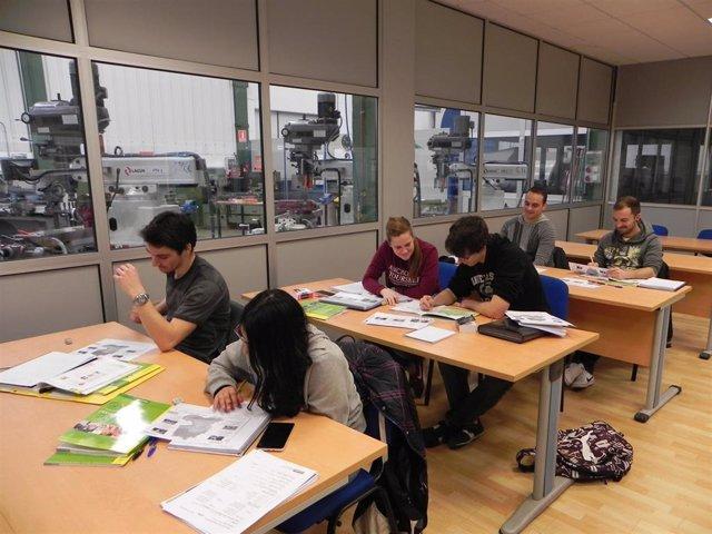 Estudiantes de Formación Profesional en una clase.