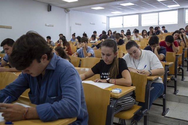 Convocatoria extraordinaria de las pruebas de Selectividad en la Universidad de Sevilla. Alumnos examinándose de las pruebas de acceso a la universidad en septiembre, Facultad de Matemáticas.