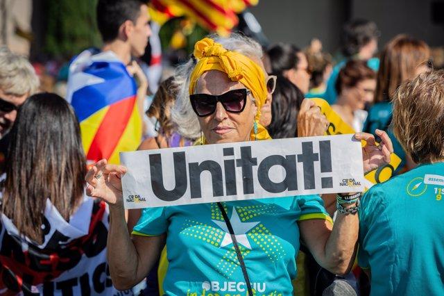 Cientos de personas con banderas de la estelada (bandera independentista catalana)  acuden a la  manifestación convocada por la Asamblea Nacional Catalana (ANC) con el lema 'Objectiu Independència (Objetivo independencia)', dentro de los actos de la Diada