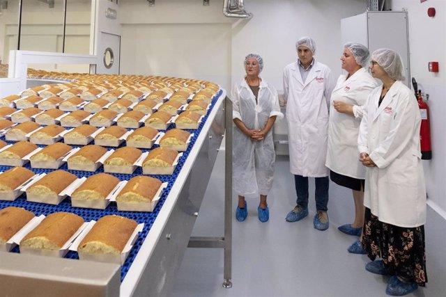 El vicepresidente y consejero de Universidades, Igualdad, Cultura y Deporte, Pablo Zuloaga, visita la fábrica de sobaos y quesadas Joselín