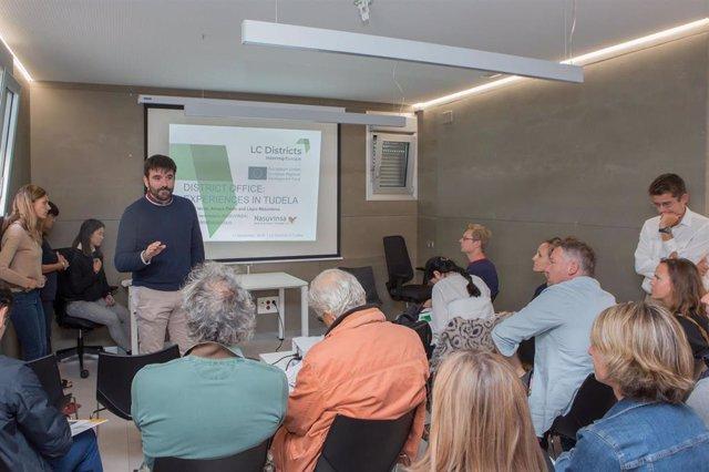 El director general de Vivienda, Eneko Larrarte, explica el proyecto desarrollado en Tudela