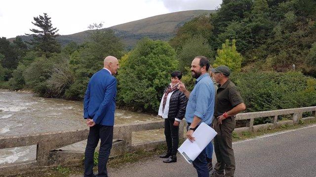 El delegado del Gobierno, Eduardo Echevarría, visita las zonas afectadas por las inundaciones en Cabuérniga, donde ha anunciado el proyecto de construcción de unas nuevas escolleras