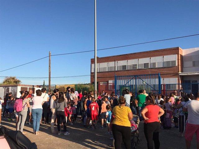 Padres y alumnos del colegio 'Cruz Blanca' de Aznalcóllar