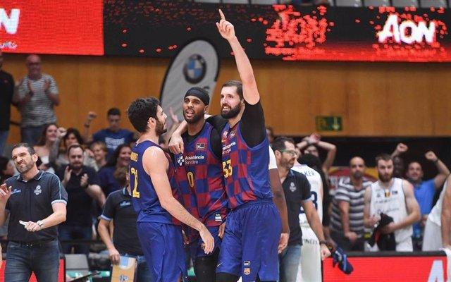 Mirotic, Davies y Abrines celebran la victoria del Barça