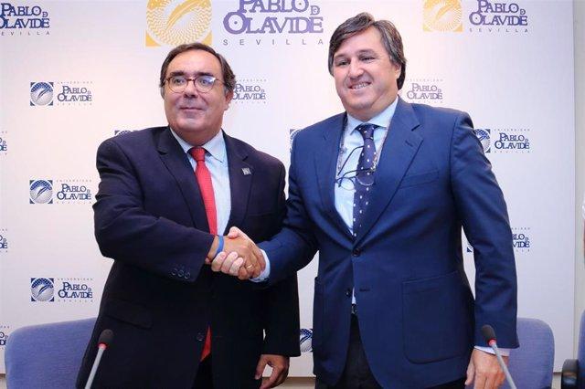El rector de la UPO, Vicente Guzmán, y el presidente del Ciencias Club de Rugby, Marco Antonio Caruz