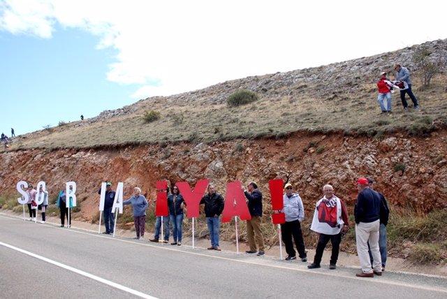 La Plataforma Soria 'Ya' visibiliza su reclamación en el recorrido de la Vuelta Ciclista a España.