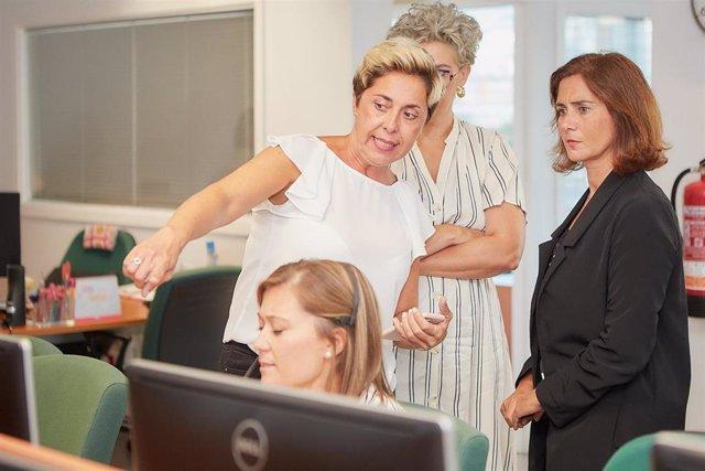 La responsable del IMAS, Marta Arocha, visita el servicio de atención telefónica