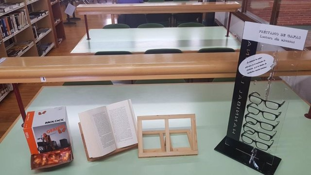 Tapones, atriles y gafas en la Biblioteca Municipal de El Barco de Ávila (Ávila).