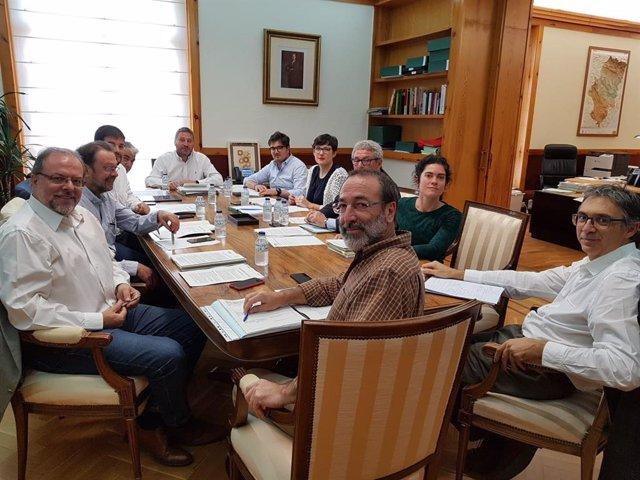 El consejero de Vertebración del Territorio, Movilidad y Vivienda del Gobierno de Aragón, José Luis Soro, con su equipo.