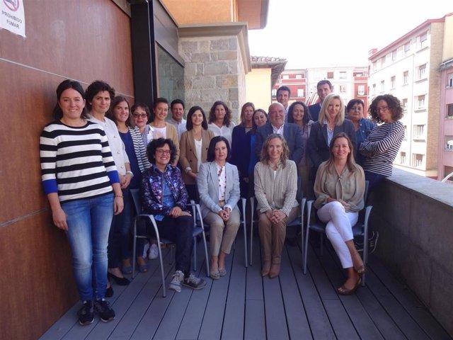 Representantes de las empresas navarra que optan al Sello Reconcilia, junto con miembros del Gobierno de Navarra y de la Asociación de Mujeres Empresarias y Directivas de Navarra.