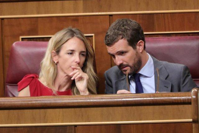 La portavoz del PP en el Congreso, Cayetana Álvarez de Toledo, habla con el presidente del PP Pablo Casado, durante el Pleno extraordinario en el Congreso para tratar la gestión del 'Open Arms'