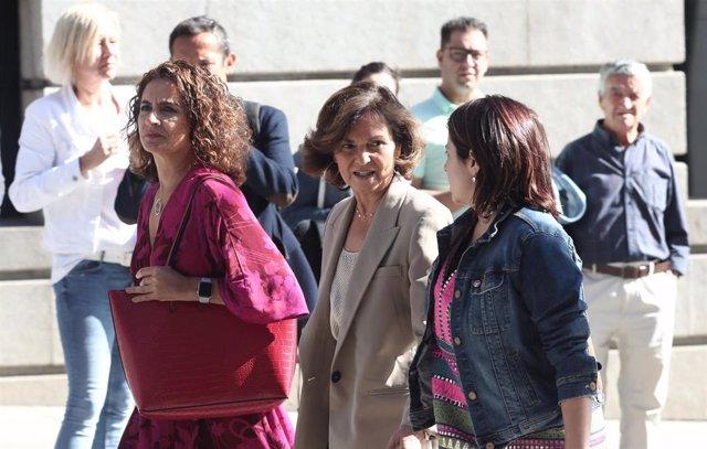 La ministra de Hacienda en funciones, María Jesús Montero, la vicepresidenta del Gobierno en funciones, Carmen Calvo; y  la portavoz parlamentaria del Partido Socialista, Adriana Lastra