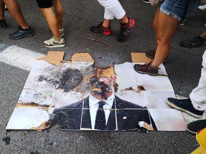 Queman una foto del Rey y de Macron y una bandera europea en la manifestación de la Izquierda Independentista