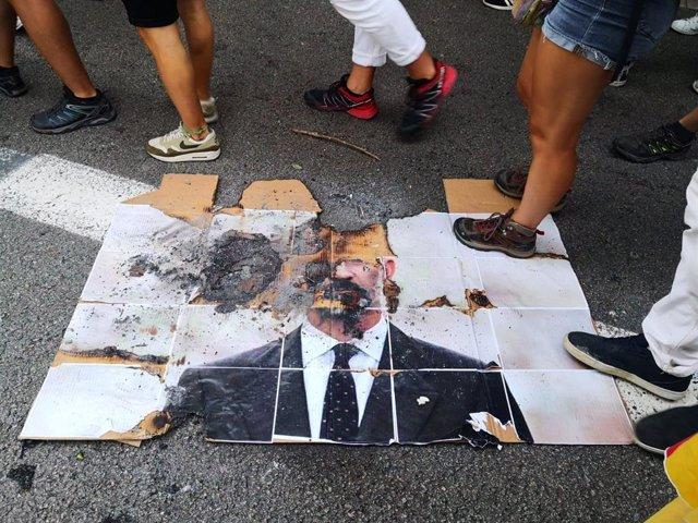 Queman una foto del Rey Felipe VI y de Emmanuel Macron y una bandera europea en la manifestación de la Izquierda Independentista por la Diada