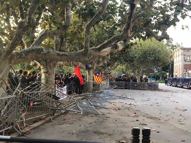 Concentració i altercats davant el Parlament durant la Diada