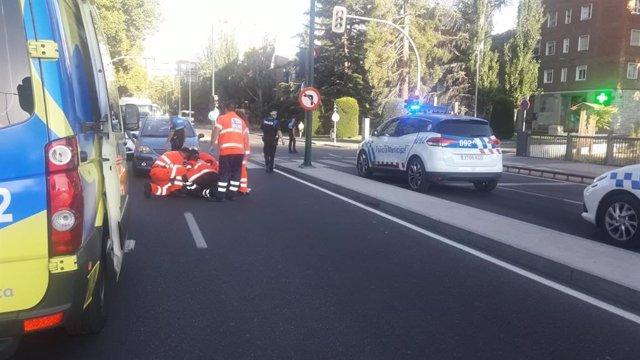 Personal de Emergencias atiende a la mujer atropellada en el puente de Arturo Eyries.