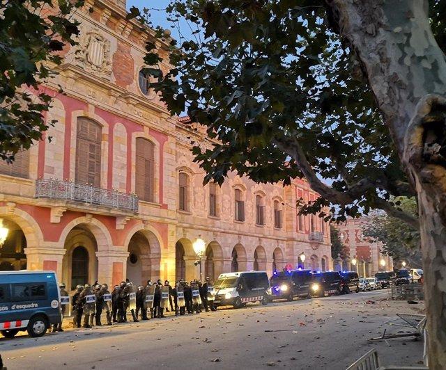 Furgons i agents antidisturbis davant el Parlament.