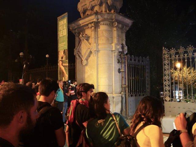 Els concentrats davant del Parlament durant la Diada, desallotjats pels Mossos fora del parc de la Ciutadella