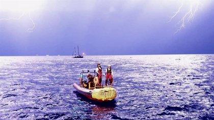 El 'Ocean Viking' solicita a Italia y Malta un lugar seguro para desembarcar a los 82 migrantes que siguen a bordo