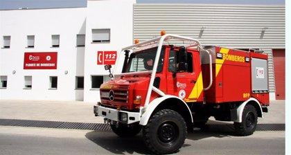 Un bombero sufre un golpe de calor en el incendio de una granja en Molvízar (Granada)