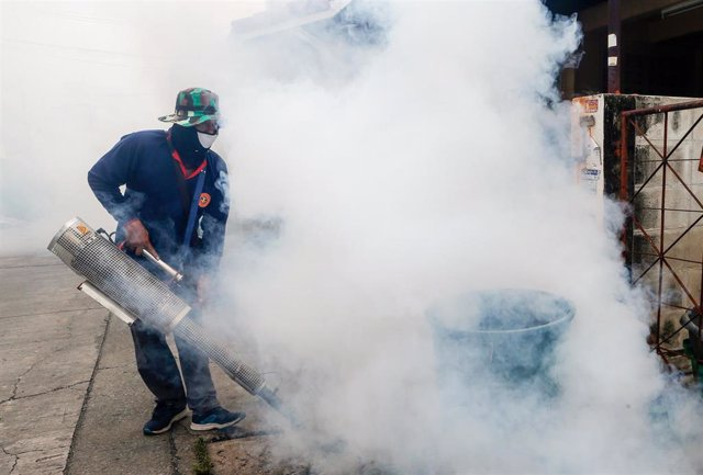 26 August 2019, Thailand, Nonthaburi: A worker sprays fumigation during an anti-dengue fever campaign. Photo: Chaiwat Subprasom/SOPA Images via ZUMA Wire/dpa