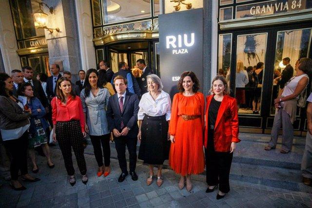 Representantes del Gobierno municipal y regional asisten a la inauguración del Hotel RIU Plaza España.
