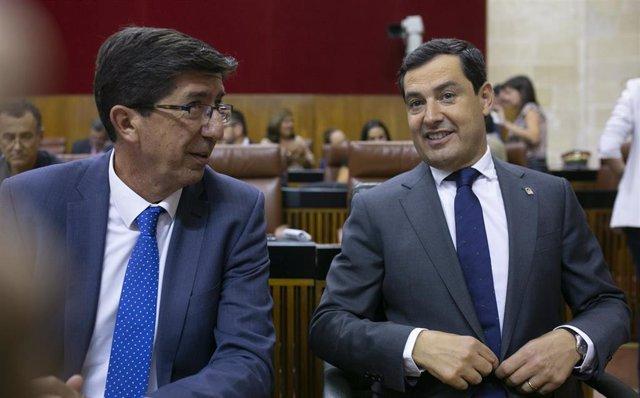 El vicepresidente de la Junta, Juan Marín, y el presidente de la Junta, Juanma Moreno, en una imagen de este miércoles sentados en su escaño.