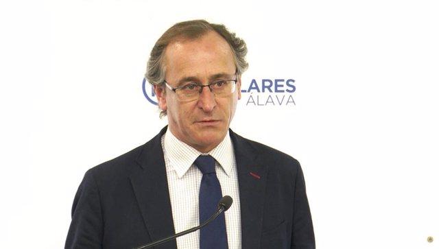 El presidente del PP vasco, Alfonso Alonso, durante su intervención en rueda de prensa ante los medios,