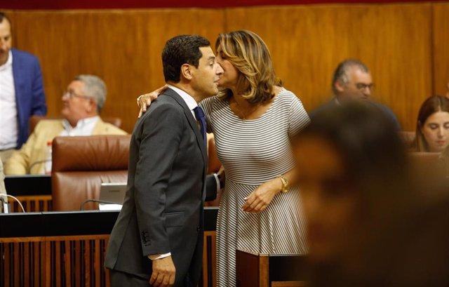 El presidente de la Junta de Andalucía, Juanma Moreno (i) felicita a la secretaria general del PSOE-A, Susana Díaz, por su embarazo, en la sesión de ayer miércoles del Pleno del Parlamento.