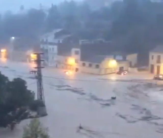 El riu Clariano es desborda al seu pas per Ontinyent
