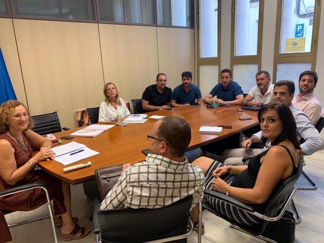 La edil delegada de Casco Histórico del Ayuntamiento de Córdoba, Laura Ruiz (izda.) en una de las reuniones.