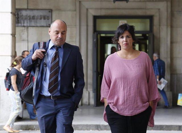 Llegada al juicio al empresario acusado de presunto delitos de atentado y contra la integridad moral de la líder de Podemos Andalucía, Teresa Rodríguez (d) junto a su abogado (i). En la Audiencia Provincial.
