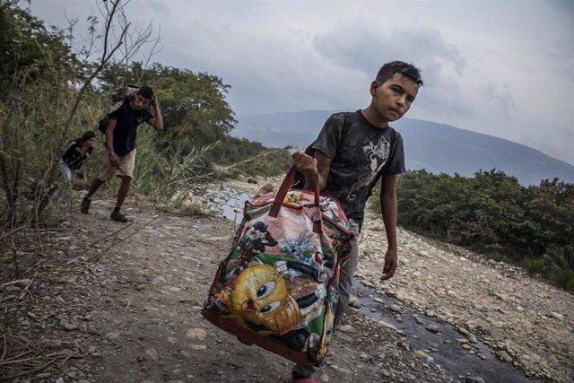 Venezolanos cruzan la frontera con Colombia