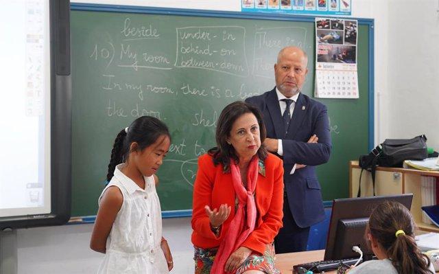 """Sevilla.- La ministra de Defensa conoce a una niña que le pidió por carta que """"n"""