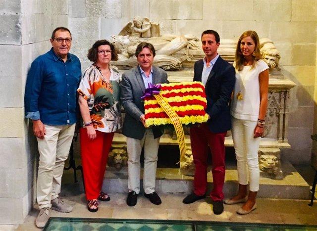 Los representantes del PP en el Consell hacen una ofrenda floral en la tumab del rey Jaume II
