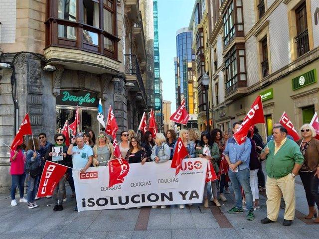 Concentración de trabajadores en huelga de permuferías Douglas