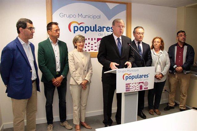 El portavoz del Grupo Municipal del PP de León, Antonio Silván, junto a miembros de su formación.