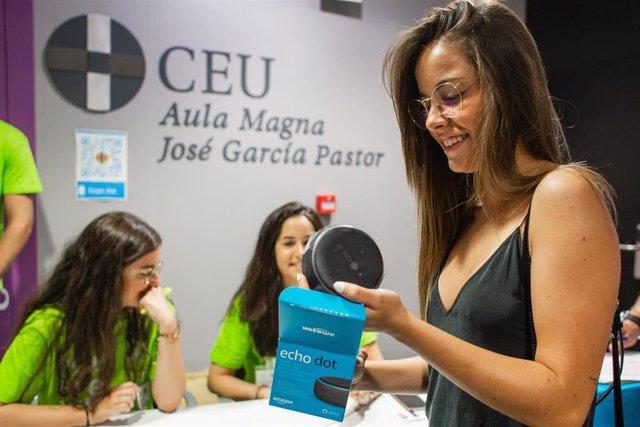 Una estudiante recibe un altavoz inteligente como los que CEU ha regalado a sus estudiantes valencianos.