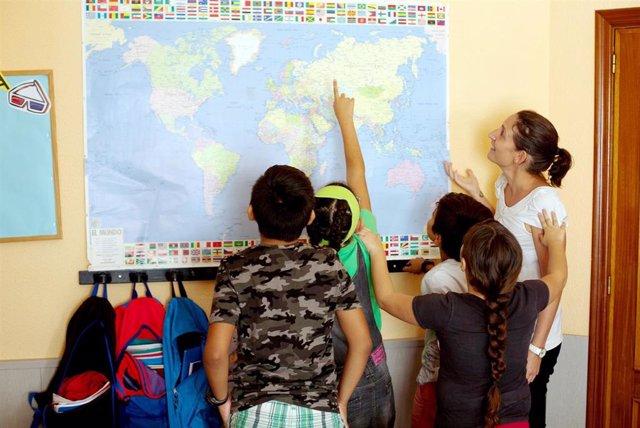 CaixaProinfancia facilita material escolar a cerca de 85.000 niños en  situación vulnerable