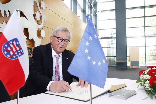 17 June 2019, Thuringia, Erfurt: Jean-Claude Juncker, European Commission president, signs the Golden Book of the Thuringian Parliament. Photo: Bodo Schackow/dpa