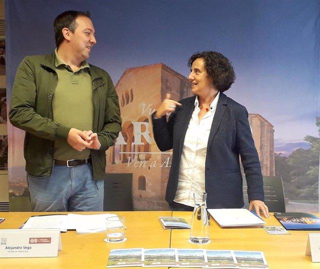 La consejera de Cultura,  Política Llingüística y Turismo, Berta Piñán, y el alcalde de Villaviciosa,  Alejandro Vega.