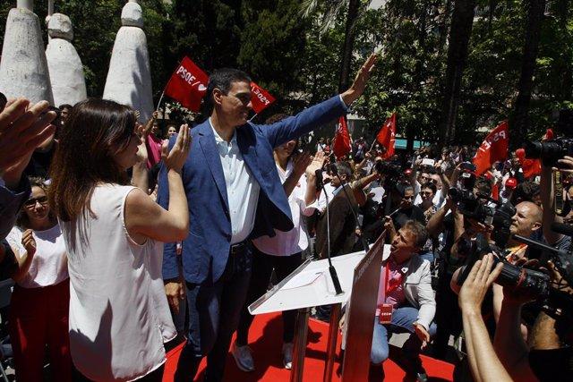 El secretario general del PSOE, Pedro Sánchez, junto a Francina Armengol en un mitin en Palma durante la campaña autonómica.