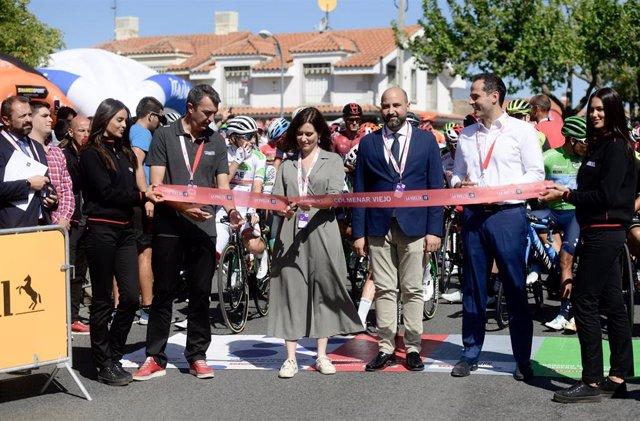 La presidenta de la Comunidad de Madrid y el vicepresidente cortan la cinta en el acto de salida de l8ª eatapa de la Vuelta Ciclista a España