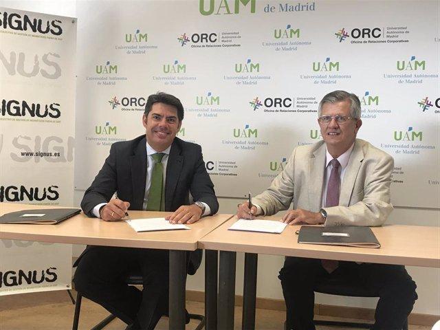 El director General de SIGNUS, Gabriel Leal y el director general de la Fundación de la Universidad Autónoma de Madrid (FUAM), Fidel Rodríguez Batalla, firmam un acuerdo para impulsar la economía circular