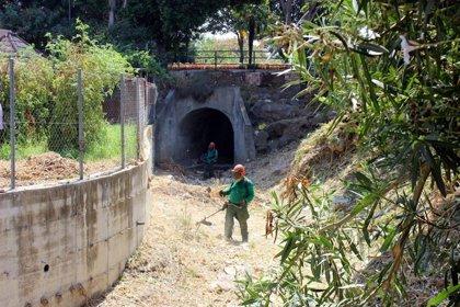 El Ayuntamiento de Estepona (Málaga) desbroza los ocho arroyos que discurren por zona urbana para prevenir inundaciones