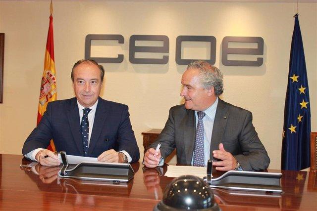 Firma de la Alianza #CEO por la diversidad entre el secretario general de CEOE (izquierda) y el presidente de la Fundación Adecco (derecha)