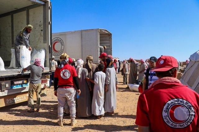 Distribución de ayuda por la ONU y SARC en el campo de desplazados de Rukban